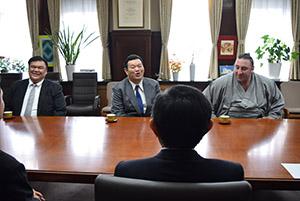 仁坂知事(手前)と歓談する(左から)岩友親方、春日野親方、栃ノ心関