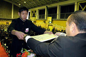 津村校長から卒業証書を受け取る卒業生