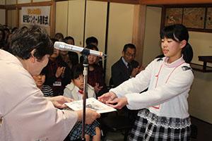 児玉実行委員長から表彰状を受け取る受賞者