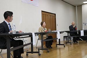 パネルディスカッションに臨む(左から)紀会長、中山議員、有本さん