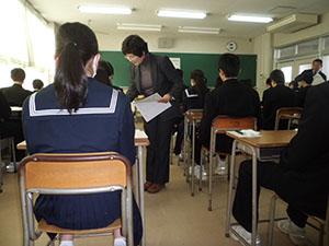問題用紙を配られ試験開始を待つ生徒ら