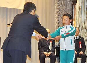 仁坂知事から修了証書を受ける女子