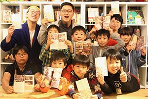 本の完成を喜ぶ子どもたち