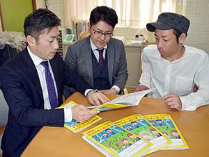 出来上がった塗り絵を手にメンバーの(左から)額田さん、中嶋さん、池田さん