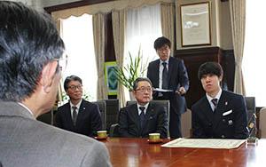 仁坂知事(手前)と歓談する坂爪選手㊨
