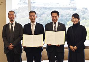 協定書を手に(左から)川添准教授、藤井所長、尾花市長、青木特任助教