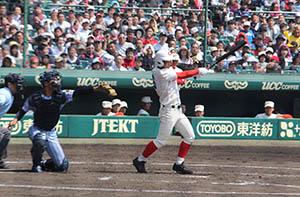 4回表、右中間に勝ち越しの二塁打を放つ西川