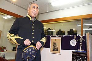 西郷隆盛の軍服を再現した衣装を着る東三條館長