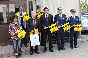 黄旗を寄贈した長尾支店長(前列中央)と東支部の皆さん