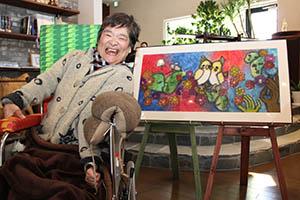 愛らしいインコが描かれた「よりそう」と宮崎さん