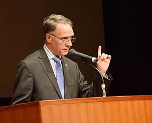 講演するベロー大使