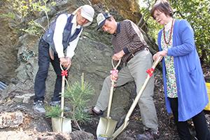 苗木を植える奥津会長㊧や松本さん㊨