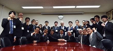 加太の活性化に意気込む連携会議メンバー(中央で握手しているのは左から青木特任助教、尾花市長、尾家社長)