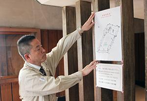 避難経路図を掲示する職員