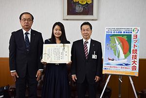 ポスターと(左から)花本校長、浦津さん、橘課長