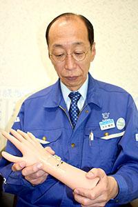 体の動きにフィットする「低反発FPC」と開発した浅井部長