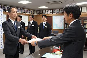宮沢本部長から表彰状を受け取る宮戸師範㊧