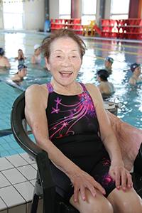 プールサイドで笑顔の桑山さん