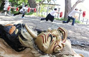 金の鬼面が完成し、練習を重ねる雑賀踊のメンバー