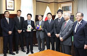 連携の覚書に調印した仁坂知事(左から4人目)、大山社長(同3人目)、佐川選手(同6人目)ら