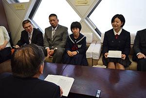 試合について宮下教育長(手前)に報告する谷口さん㊨と宮井さん(その左)