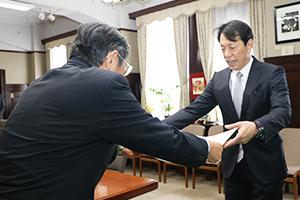 仁坂知事から感謝状を受け取る重岡代表取締役