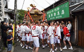 神社を出る神輿