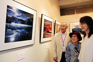 美しい富士山を写した作品が並ぶ会場