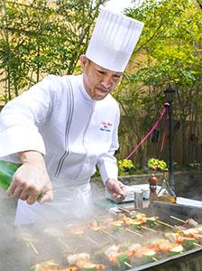 シェフによる肉や野菜の串焼きの実演