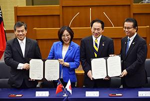 覚書を交わす(左から)蕭会長、康議長、古川議長、遠藤市議