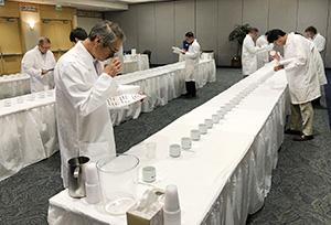 厳正な審査が行われた(全米日本酒歓評会実行委員会提供)