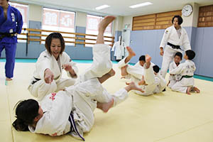 川崎㊧、石川㊨の両選手が手取り足取り指導した