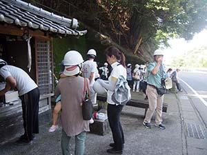 地蔵堂の前に避難した住民ら