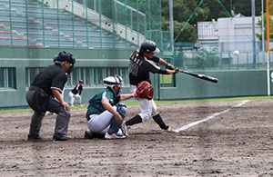 3回、左越えに適時2塁打を放つ光森(市和歌山)