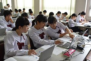 タブレットPCの使い方を習う生徒