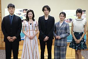 メインキャストら皆さん(左から藤原監督、武田さん、矢野さん、岡本さん、清水さん)