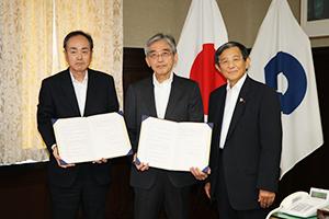 協定書を手に福島会長㊥と上田理事長㊧