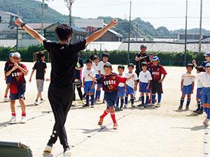 藤野さんと共にリズムトレーニングに取り組む子どもたち