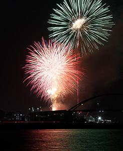 鮮やかに紀の川に打ち上がる花火