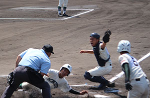 2回表2死2塁、吉田の右前適時打で池田が生還する(市和歌山)