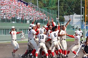 サヨナラ勝ちで優勝を決め、本塁付近で喜びを爆発させる智弁の選手たち