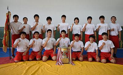 優勝した和歌山北高校レスリング部(前列左3番目から内田君、谷口君、岡本君)