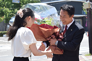 職員から花束を受け取る尾花市長