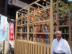 涼しげな風鈴のアーチ(宇賀部神社)