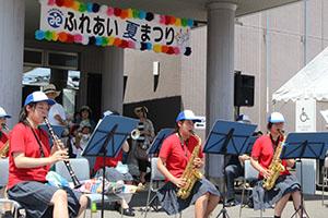 演奏を披露する貴志川高校吹奏楽部の皆さん
