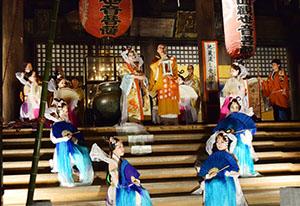 前田貫主に龍灯を手渡す乙姫とそれを囲む女官たち