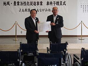 感謝状を手に角谷代表理事専務㊨と施設管理者の寺本紀美野町長