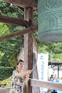 粉河寺で鐘を突く参加者