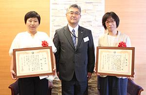 賞状を手に(左から)藤村さん、小村会長、馬場さん