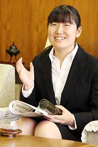 表彰を受け、笑顔で喜びを語る宮楠さん